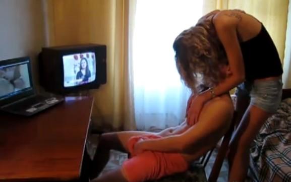 su hermana lo pilla pajeandose y ella termina de hacersela
