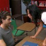 imagen maestra indignada por el bajo rendimiento de un alumno