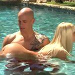 imagen enseña a nadar a su novia