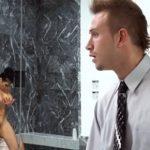 imagen pilla a la secretaria de su padre en la ducha