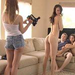 imagen chicas invitan a un amigo a casa
