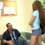 imagen Su profesor le echa la bronca y ella se lo folla