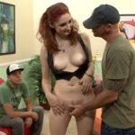 imagen Follada con su novio delante mirando