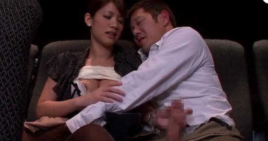 Sexo en vivo en un cine de barrio japonés