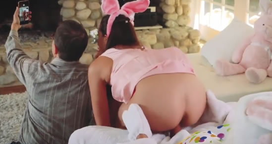 El conejo de Pascua se la mete hasta el fondo