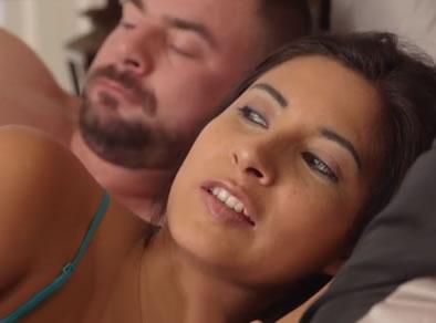 padre hija en cama