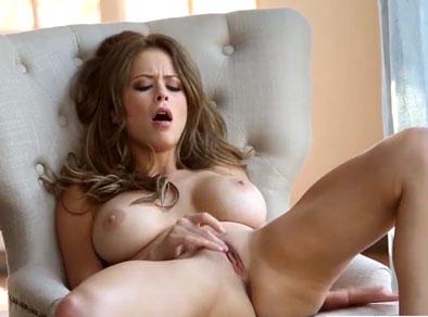 MILF hermosa masturbándose en el sofá