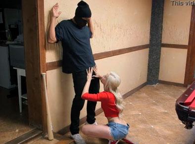 Pilla un ladrón en su casa y se lo chupa antes que escape