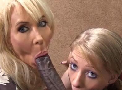 Madre e hija comparten una polla negra en casa