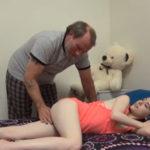imagen Nieta puta se hace la dormida para que el abuelo le toque el coño
