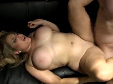 Ardiente gordita tetona gozando una follada en el sofá