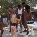 imagen Cinco negros intentan complacer el coño de una rubia ninfómana