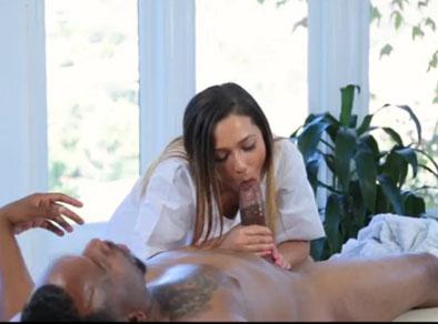 Masajista a domicilio dando un final feliz a un negro