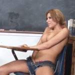 imagen Colegiala tetona se calienta mucho en el salón de clases