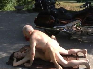 Guarra jovencita follando con el abuelo de su novio