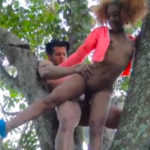 imagen Negrita ardiente echando un polvazo en el parque