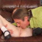 imagen Papá prueba el coñito de la jovencita para ver si puede tener orgasmos
