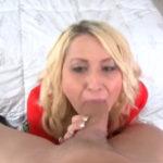 imagen La rubia le hace un oral al vecino a cambio de una follada