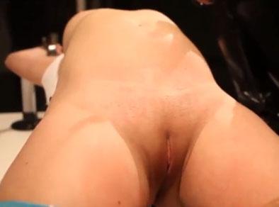 La tortura sexual hace que su coño estalle en orgasmos