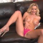 imagen La vecina esta desnuda en el sofá con ganas de follar