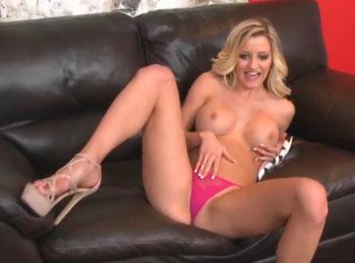 La vecina esta desnuda en el sofá con ganas de follar