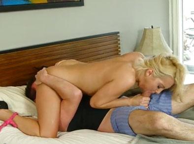 Rubia follando con su cuñado para que salga de la cama