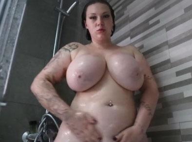 Gorda tetona transmite en el webcam mientras toma una ducha