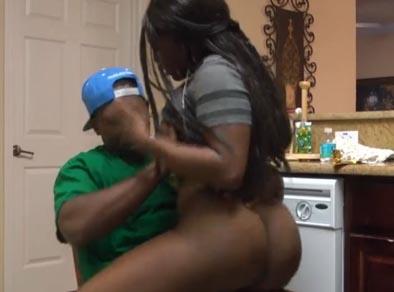 Montar la polla de su marido luego de lavar los platos es su rutina