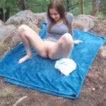 imagen Zorra tocando su coño en un parque publico