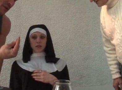 Monja jovencita follada por dos hombres